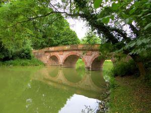 Rote Brücke im Park Schönbusch beim Landesorientierungslauf 2014 Tag 1